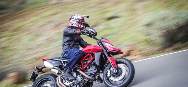 hypermotard_950_action_14_uc70355_low_product_gallery